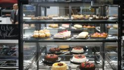 Picture: Glass display case for baked goods with cakes and pastries at the EuroShop trade fair; copyright: Messe Düsseldorf / ctillmann